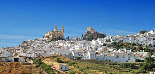 très belle vue d'un village blanc lors de ce voyage moto en Andalousie