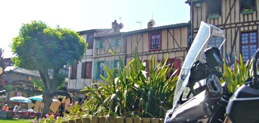 pause café lors de cette location moto à la journée dans le Tarn