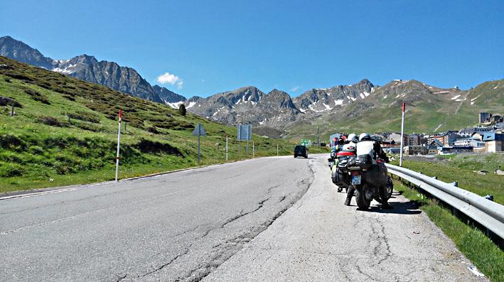 une pause entre deux cols lors de ce voyage moto en France dans les Pyrénées