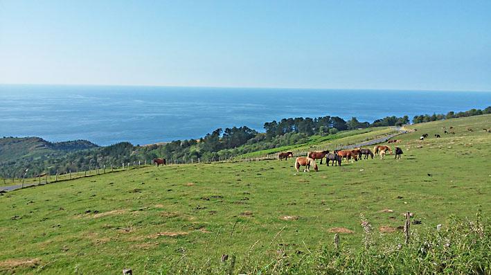 voyage moto Pyrénées dans le pays basque avec vue sur mer