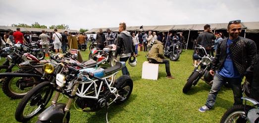 de beaux café-racer au Wheels&Waves voyage moto
