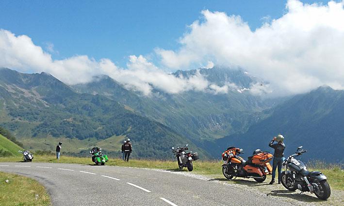 on se sent infime lors de voyage moto Pyrénées