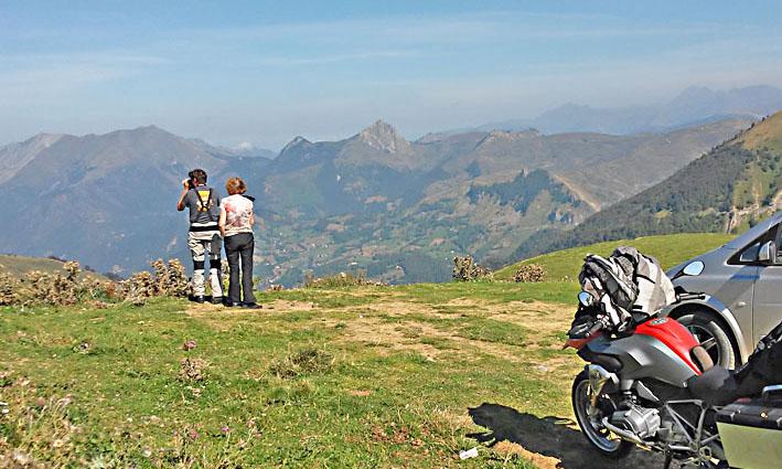 contemplation au sommet durant ce voyage moto dans les Pyrénées