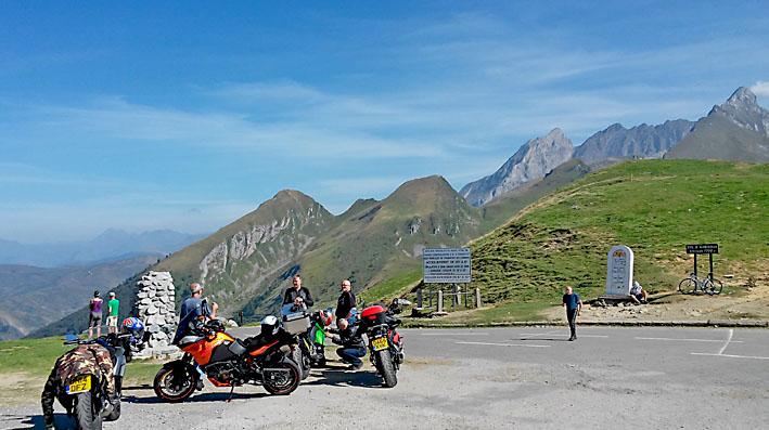 arrêt mérité au col de l'Aubisque durant ce séjour moto Pyrénées